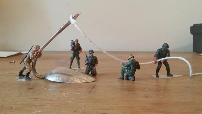 Kalau Demian sih, bengkokin sendok tinggal dilirik doang. Tapi tidak bagi tentara-tentara kurcaci ini.