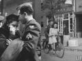 Bikin Baper, Inilah Deretan Foto Romantis Tentara di Masa Perang Dunia