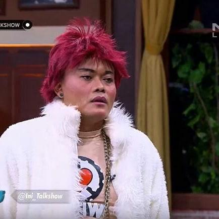 Kali ini sang komedian mencoba berdandan ala artis k-pop, G Dragon.