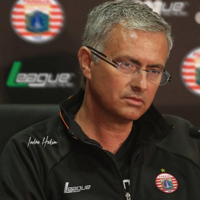 Setelah malang melintang melatih klub besar dunia, Jose Mourinho pindah melatih klub Persija guys.