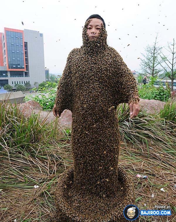 Ini adalah Dia Pin, sang manusia lebah yang mencoba memecahkan rekor dunia dengan dikerubuti 331.000 ekor lebah di tahun 2012 lalu.