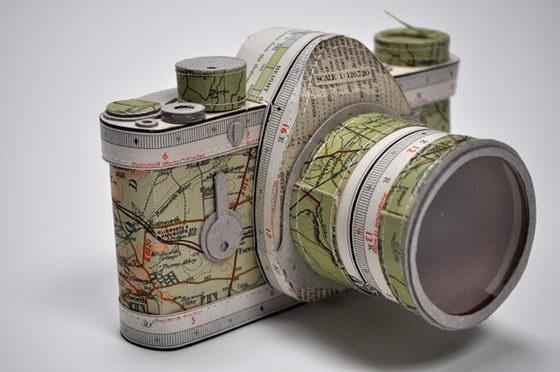 Kertas bekas buku atlas keren juga ya kalau dijadikan replika kamera kayak gini Pulsker.
