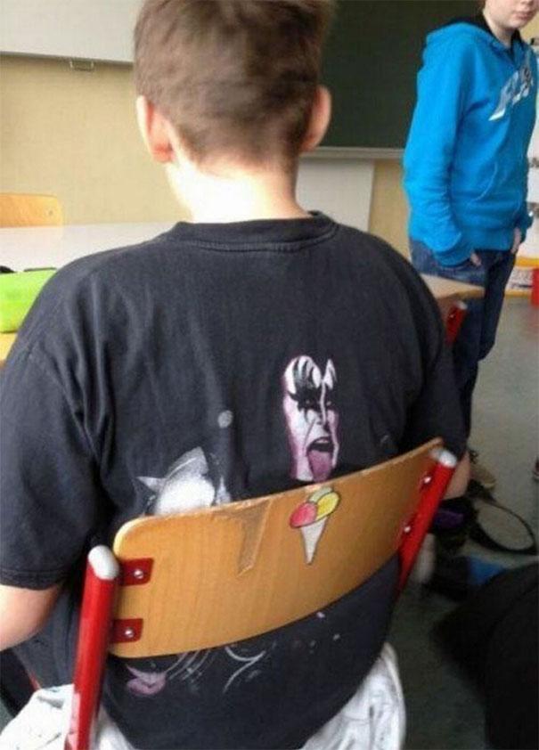 Pas banget guys, kursinya ada gambar es krim dan si anak ini pakai kaos bergambar personil band KISS lagi menjulurkan lidah.