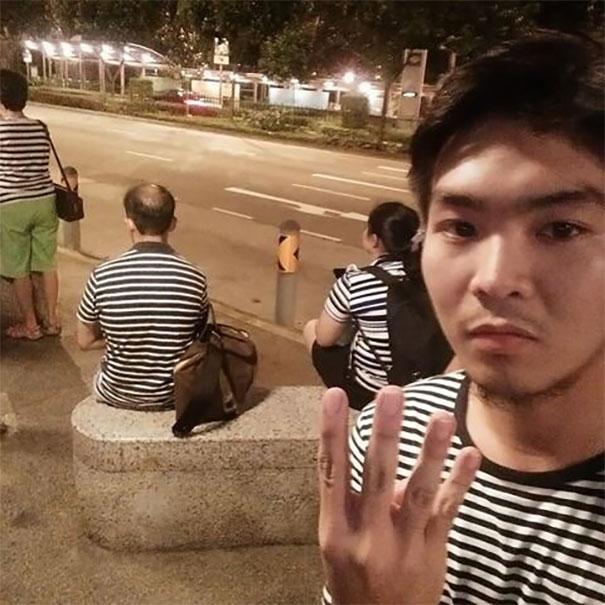 Padahal nggak janjian lho, eh pas dipinggir jalan ketemu orang dengan baju yang sama. Nggak hanya satu, tapi tiga guys.