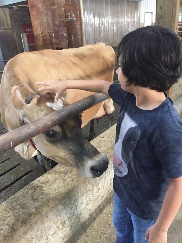 Si sapinya nampak kebingungan tuh ngeliat baju anak ini.