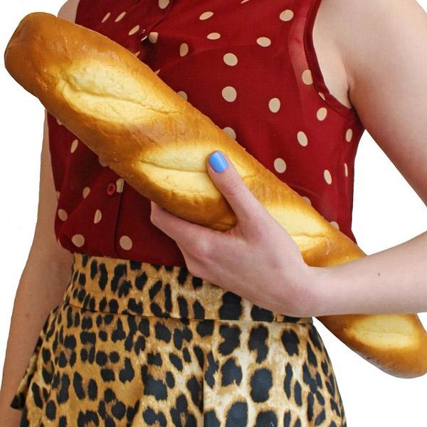 Saking miripnya jadi pengen makan deh tas berbentuk rotinya.
