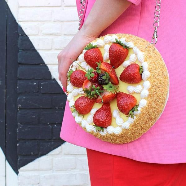 Ada juga yang desainnya mirip kue tart lengkap dengan potongan buah stroberi segar.