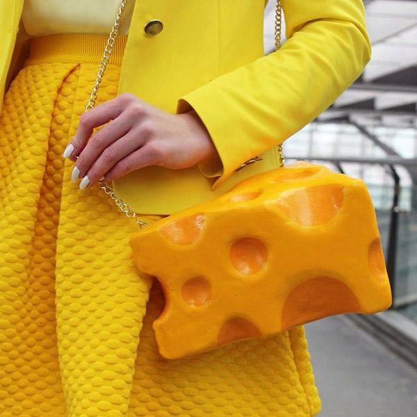 Bentuknya yang mirip keju dipadu dengan pakaian berwarna kuning jadi nampak serasi banget tuh guys.