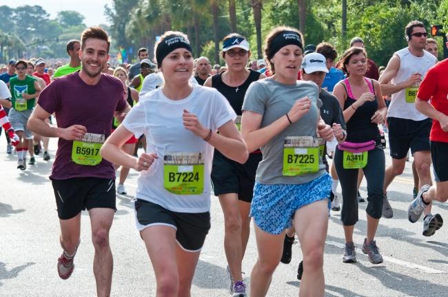 Mereka ini sedang mengikuti lari beberapa kilometer. Tapi cowok berbaju merah ini nggak kelihatan kelelahan sedikitpun, atau jangan-jangan dia cuma numpang foto ya??