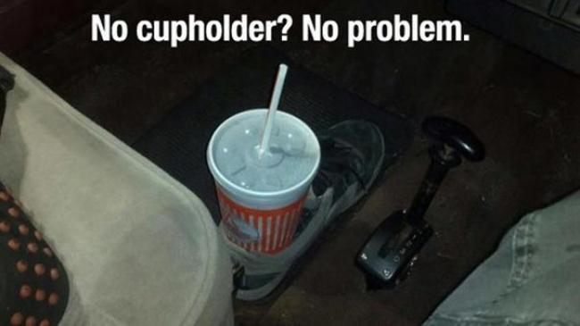 Agak jorok sih, tapi buat kamu yang lagi bngung nggak punya cup holder di mobil, bisa diakalin pakai sepatu lho.