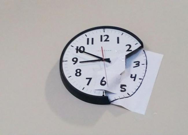 Kalau punya jam pecah, jangan dibuang dulu. Kaya gini juga boleh.