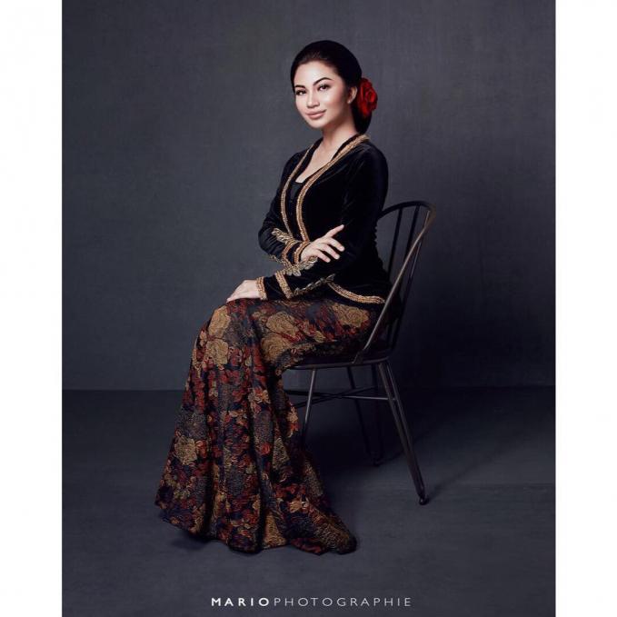 Dengan pakaian ada Jawa untuk pemotretan usaha yang digelutinya yaitu Bolu Joeang Surabaya. Anggun banget ya..