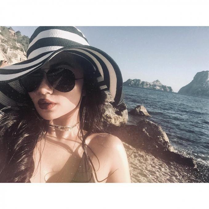 Sexy seperti biasanya, saat Ariel liburan ke Spanyol.
