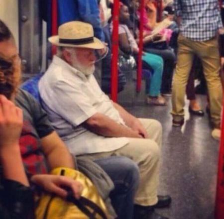 Jhon Hammond yang terlihat seperti orang biasa dan menaiki kendaraan umum. Tapi kok lesu banget ya?!