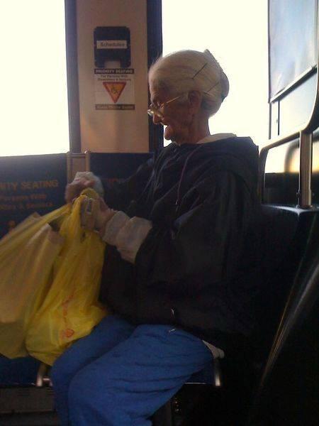 Kalau kamu generasi 90-an, pasti udah nggak asing dengan nenek tua berkacamata yang ada dalam film kartun Tweety. Mirip banget kan?