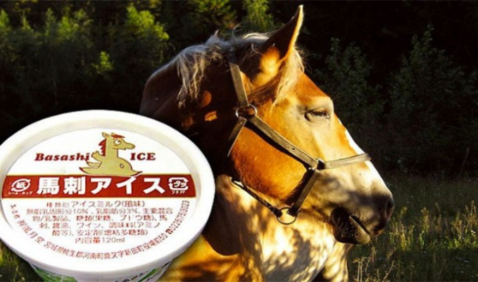Es krim rasa daging kuda Bukan Jepang namanya kalau nggak berinovasi. Nggak cuma di bidang teknologi aja, tapi di Jepang juga banyak makanan yang rasanya bervariasi dan aneh, salah satunya eskrim rasa daging kuda ini.