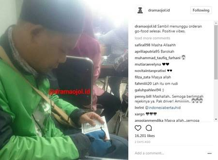 Driver ojek online ini tertangkap kamera menyempatkan diri untuk membaca Al Quran saat mengambil order makanan.