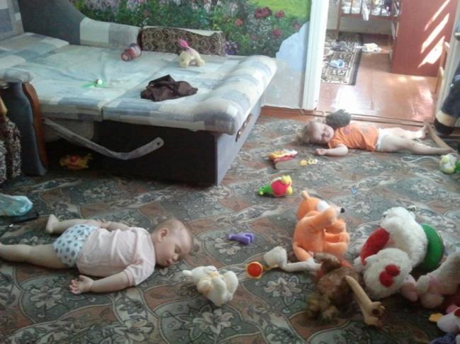 Saking kecapeannya nih, anak dan boneka sama-sama ketiduran. Tepar semuanya :D