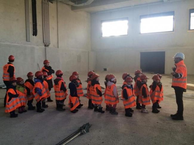 Siapapun yang datang ke proyek harus mengenakan peralatan keamanan. Tapi jadinya mereka lucu banget ya?!