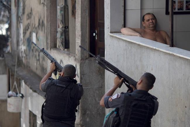 Walaupun ada tragedi tembak menembak di sampingnya, tapi pria ini tetap merasa semua itu membosankan..hihihi
