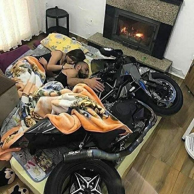 Saat pria nggak bisa memilih antara kekasih atau motornya. Jadi mendingan semuanya dikelonin biar adil.