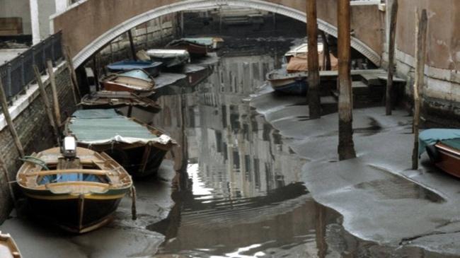 Baru tau kan ternyata di dasar sungai Venice ada pasur halus seperti di pantai.