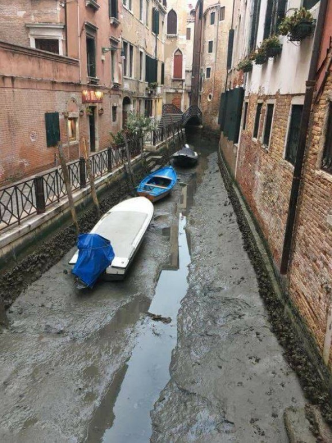 Karena kekeringan, perahu ini jadi menganggur. Tidak ada lgi wisatawan yang terlihat di sungai ini.
