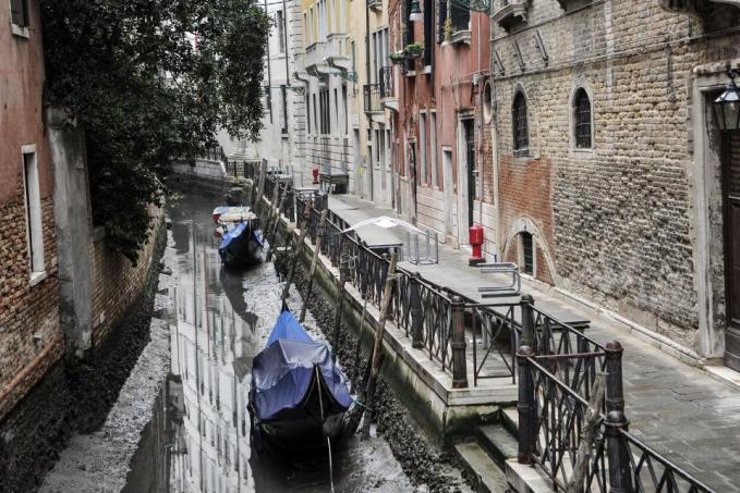 Bahkan beberapa perahu terlihat di tutupi terpal.