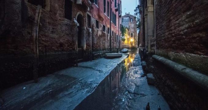 Semoga kekeringan ini cepat berakhir ya, dan ada peningkatan lagi di sektor pariwisat di Venice, italia.