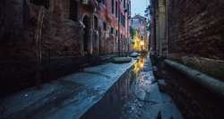 Tak Ada Perahu, Begini 7 Potret Sungai Venice yang Mengalami Kekeringan