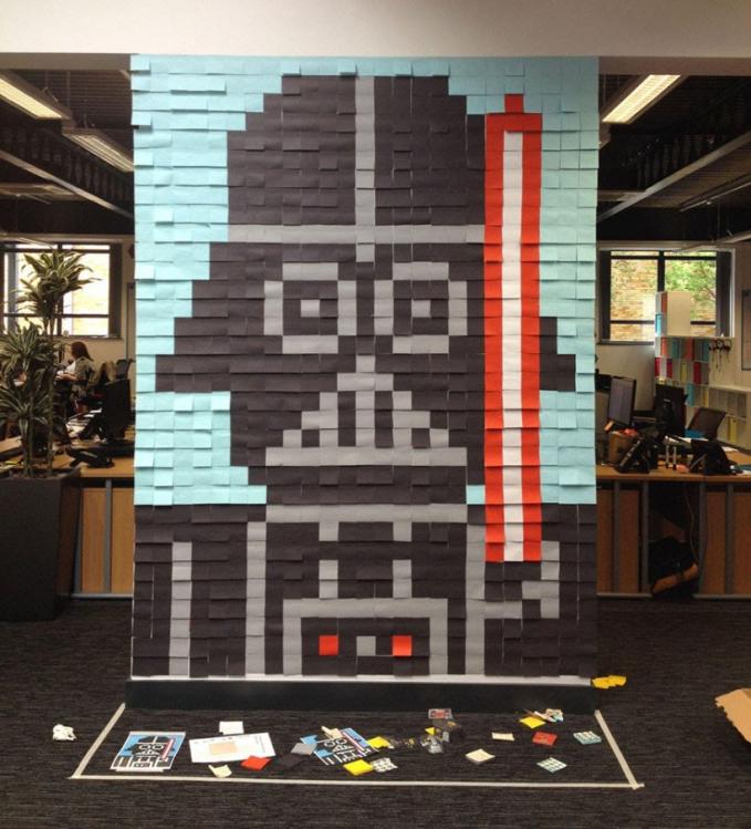Para penggemar film Star Wars, kreasi Dart Vader ini cocok banget dibikin di kamar kalian guys.