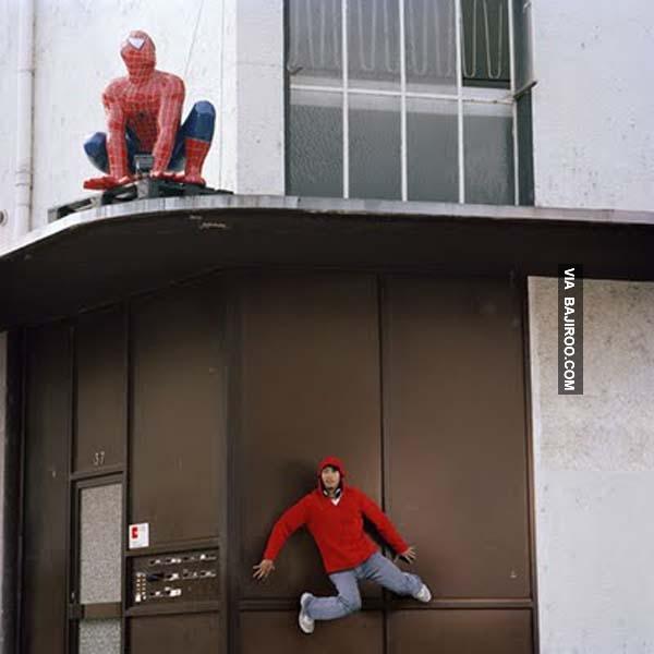 Awas, jangan sampai ketahuan sama Spiderman yang asli bisa berabe tuh.