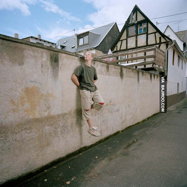Memang guys, kini berkat aplikasi foto semua bisa jadi apa saja. Termasuk melakukan hal yang mungkin mustahil. Merayap di dinding seperti Spiderman ini contohnya. Kalau dilakukan beneran pasti susah bukan main ya?. (Sumber : Bajiroo.com).