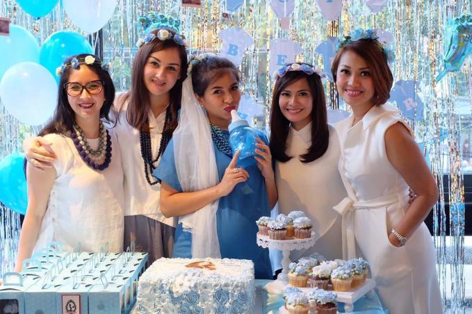 Ini adalah potret ketika Mesya Siregar mengadakan baby shower. Dengan mengenakan dress code berwarna putih, mereka terlihat kompak banget.