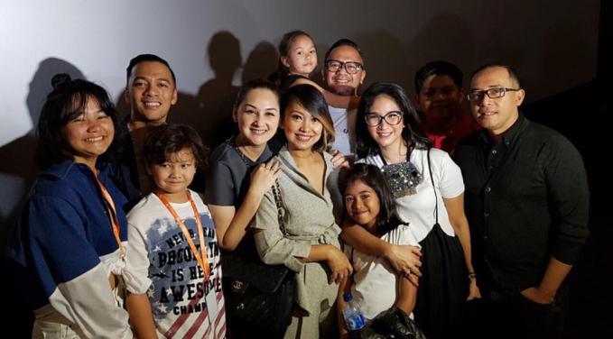 Keluarga mereka juga saling support satu sama lain.