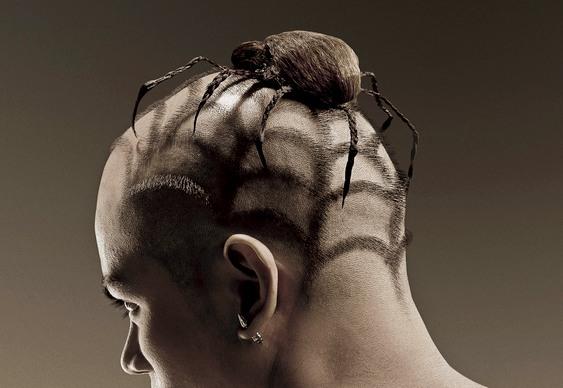 Wih, ini baru namanya fans berat Spideman tingkat dewa Pulsker. Nggak tanggung-tanggung, gaya rambutnya dibikin mirip laba-laba lengkap dengan sarangnya.