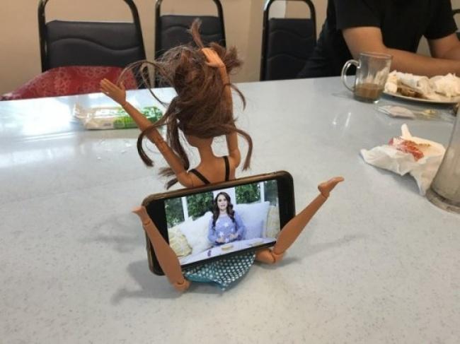 Lumayan nih boneka jadi tempat buat sandaran gadget.
