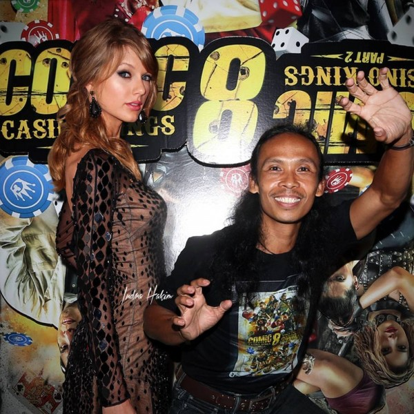 Pantes aja Maddog alias Yayan Ruhiyan begaya, wong lagi foto sama dicantik Taylor Swift. Ngiri nggak loe?