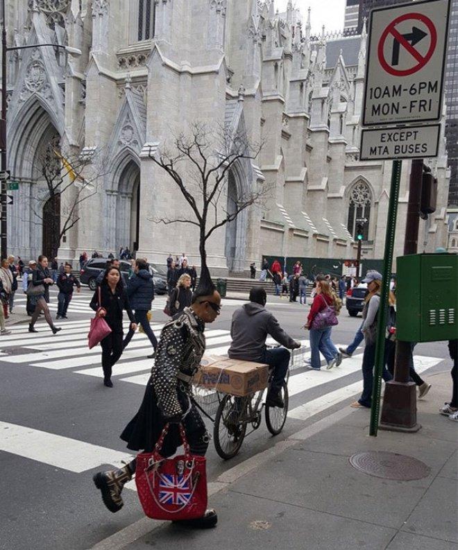 Manusia bertopi pohon. Padahal, ini hanya foto yang kebetulan saja. Dan pohon itu terletak jauh di seberang jalan.