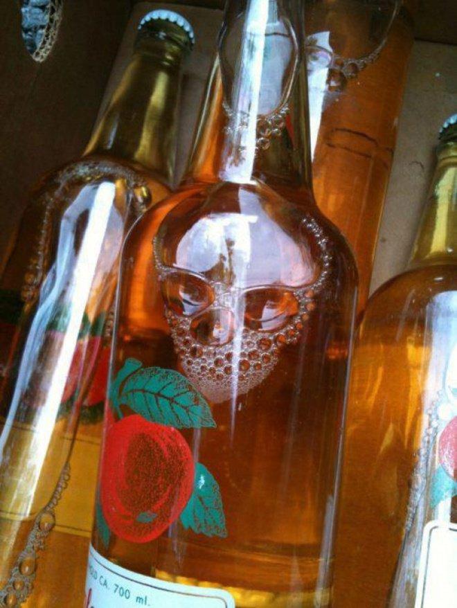 Tanpa sengaja buih minuman ini bisa menyerupai tengkorak. Bisa jadi karya seni nih!