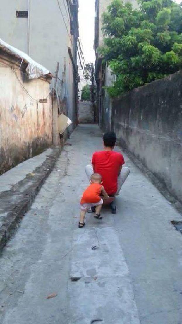 "Bukannya anaknya yang di dorong, ayah ini malah menyuruh anaknya yang mendorong. ""Kan capek pah"""