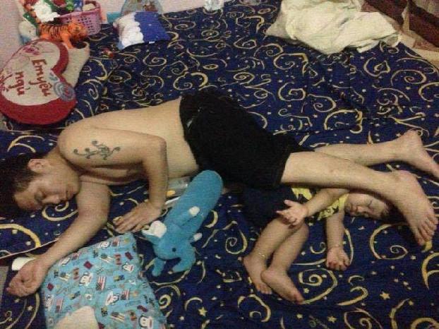 Waduh, ayah ini malah sampai nggak sadar lho kalau anaknya tidur di bawah kakinya. Bahaya juga ya..