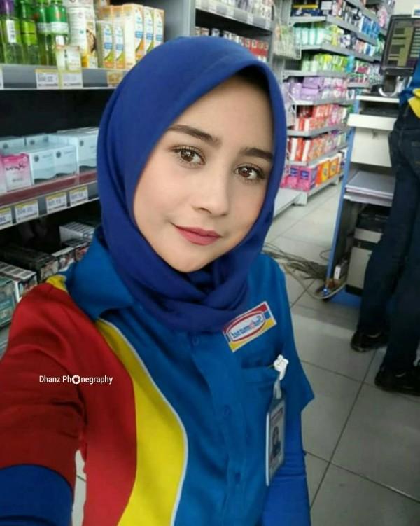 """Duh, cantik banget sih Prilly Latuconsina kalau lagi pakai hijab, apalagi pas dia yang bilang """"selamat datang, selamat berbelanja"""""""