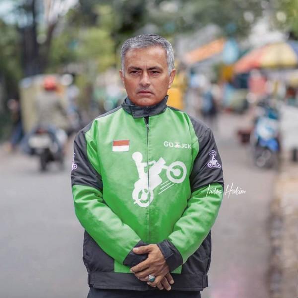 Ada yang kenal ini siapa? Yup, ini jadinya kalau pak Mourinho lagi ngambil orderan Go-Jeknya.