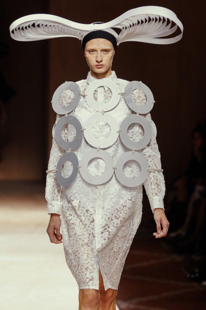Kostum ini dinamakan The Papercut. Katanya sih pembuatannya terinspirasi dari potongan kertas.