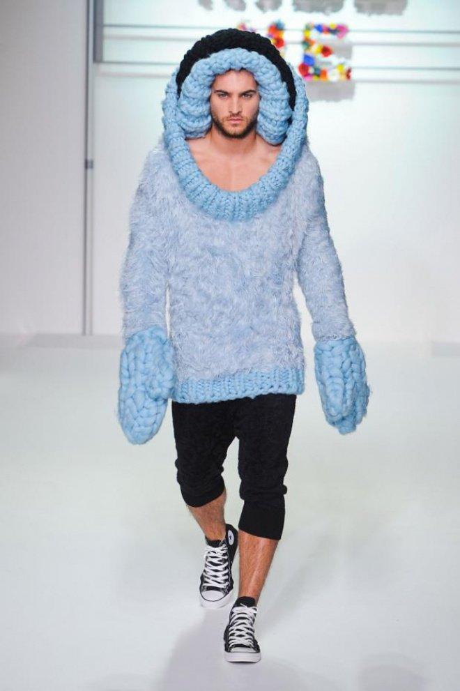 Pakaian ini mungkin lebih cocok dipakai saat musim dingin. Tapi kok bawahannya malah pakai celana pendek ya?