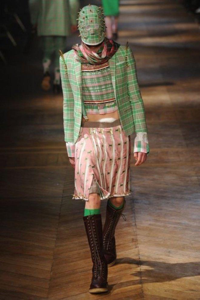 Mungkin desainer ini terinspirasi dari kain sarung dan tanaman kaktus, makanya penutup kepalanya bernuansa tajam dan bermotif kotak-kotak.