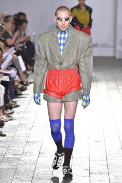 Deretan Fashion Aneh yang Nggak Ingin Kamu Pakai Selamanya