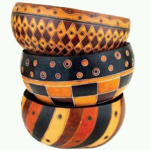 Ini bukan peci ya guys, tapi desain mangkuk dari batok kelapa dengan motif warna-warni.