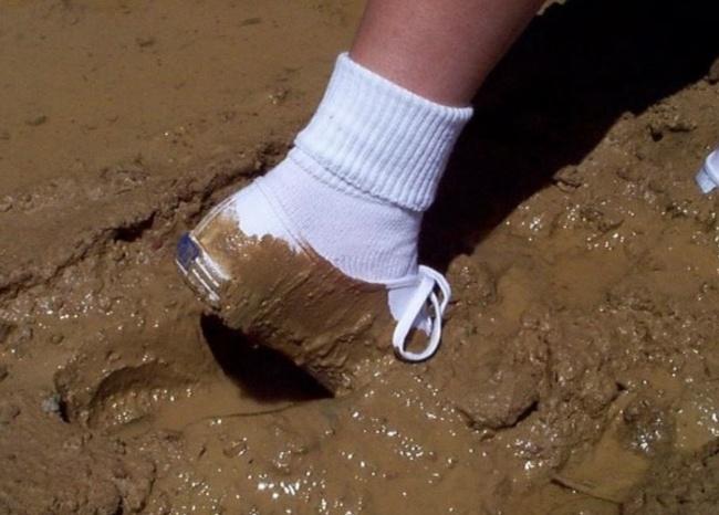 Pas punya sepatu baru di sekolah, semua pasti pada ingin nginjek sepatu kita. Dan itu rasanya sebel banget. Lalu apa kabar dengan sepatu yang masih putih bersih dan terperangkap di dalam lumpur kaya gini ya?